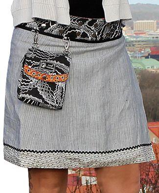 Vacker i linne. Möt Saori - elegant och tuff på samma gång. Unik, variationsrik och ger dig fyra kjolar i en. Modellen har en sida av härligt linnetyg och en annan i skön bomull. Spana in alla fantastiska mönster, här finns det något för alla smaker. Bär Saori med ena eller andra sidan ut eller vänd på den löstagbara linningen och vips har du två variationer till. Kjolen finns i två längder och levereras med en löstagbar liten väska.