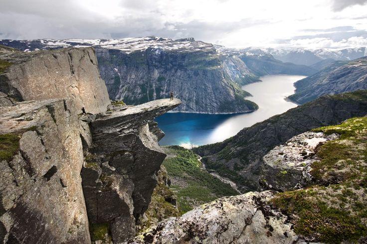 Einer der schönsten Aussichtspunkte in Fjordnorwegen: die Trolltunga bei Odda. Aber es gibt noch viele weitere, seht hier! http://www.visitnorway.de/reiseziele/fjord-norwegen/fjord-norwegen-wunder-in-sicht/die-schonsten-aussichtspunkte-in-fjord-norwegen/
