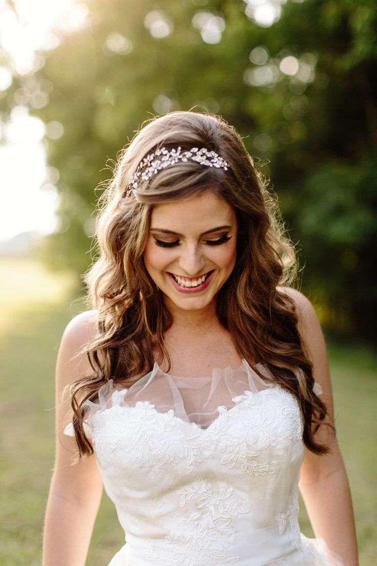 Idee acconciature da sposa con la tiara - Acconciatura sciolta con tiara floreale