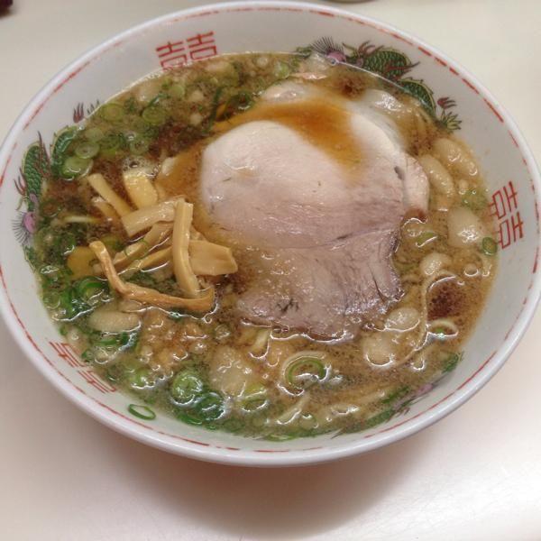 広島・尾道市十四日元町に店を構える元祖尾道ラーメンの「朱華園」。いりこだしと鶏ガラを使ったスープは醤油味で平打ち麺。比較的大きい豚の背脂のミンチが載っているが、背脂とだしのバランスが良い、素朴なラーメン。