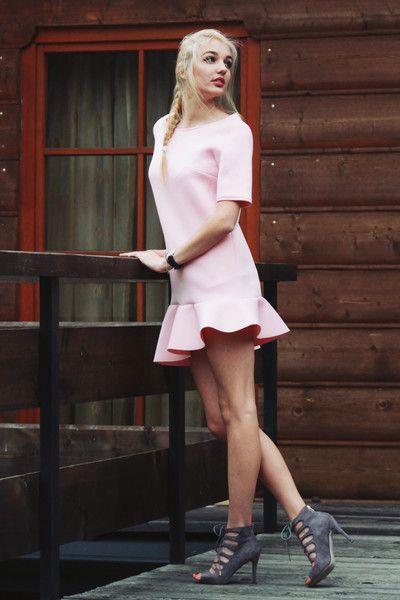 Sukienka z asymetryczną falbaną rozmiar 36 Róż - Cranberrysklep - Sukienki