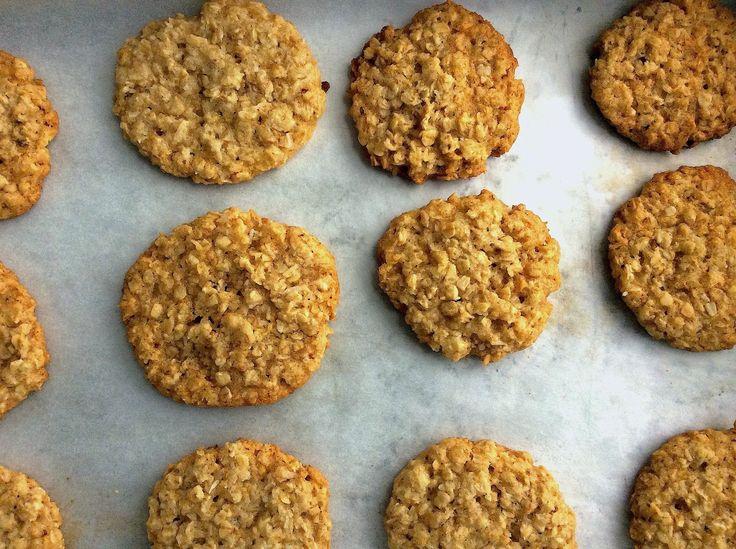 Uma receita muito nutritiva, com origem na Austrália e Nova Zelândia. Faz parte da história. Estes biscoitos, confecionados pelos familiares dos soldados na I Guerra Mundial, eram embalados e enviados com a ração de combate