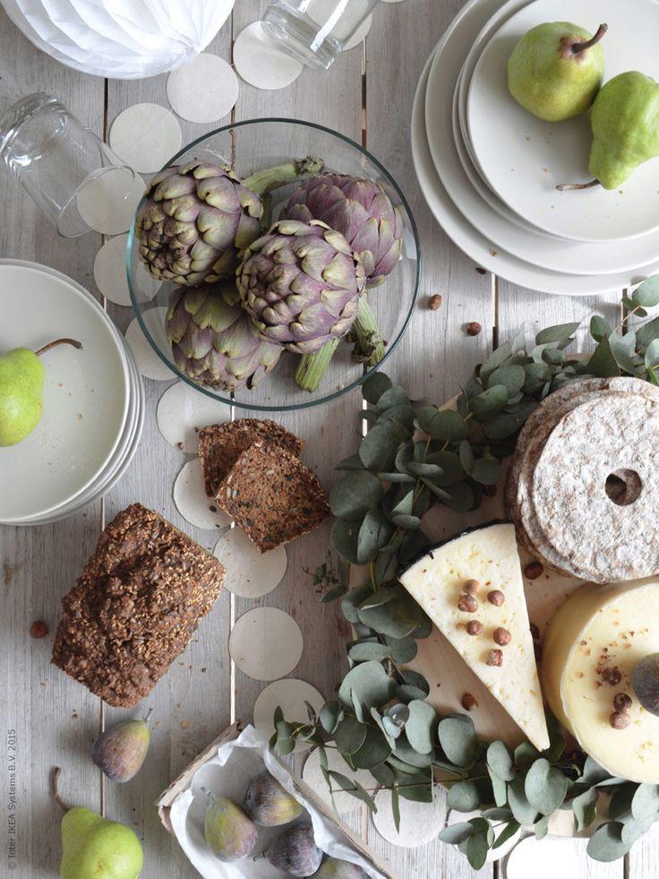 Bjud in till trädgårdsfest i försommarens tecken. Med inspiration från fikonträdets fina blad blir det ost, fikon, bröd och päron i väntan på att grillen ska tändas. Enkelt men ändå festligt med girlanger och pynt i vitt.