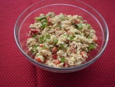 Für den Reissalat mit Thunfisch den Reis kochen. Den Thunfisch und den Mais abtropfen lassen. Paprika in Würfel, die Frühlingszwiebel in feine