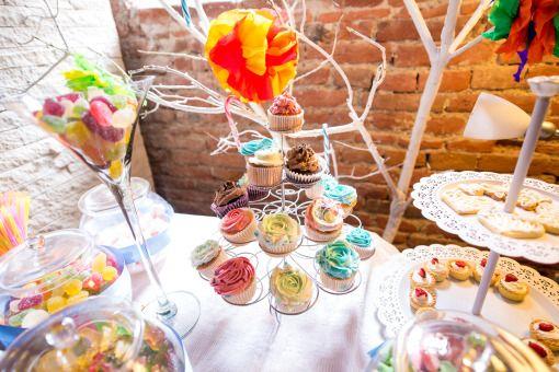 Alegeţi un candy bar făcut special pentru petrecerea lor. Puteţi opta pentru un aranjament în ton cu tema petrecerii, unul clasic, colorat, sau unul pe bază de fructe şi gustări sănătoase. Candy bar personalizat in Alba Iulia, Sebes, Blaj, Cugir, Aiud