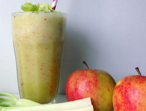 1 kæmpe smoothie 1 æble 2 stængler bladselleri 2 dl appelsinjuice 1 dl vand 1 tsk. olie
