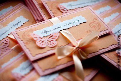 Свадебные приглашения-конверты. Нежные и изысканные приглашения-конверты были выполнены для летней свадьбы в розово-персиковых тонах.   Каждое приглашение украшено прострочкой, атласной лентой и ажурной бабочкой.