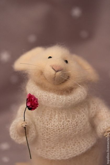 Toy animals, handmade.  Peach Mouse.  Oksana Caccioppoli.  Arts and crafts fair.  Toy made of wool, wool 100%