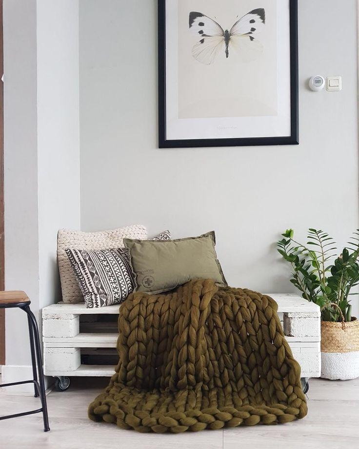 Unsere neueste Masche in Sachen stilvoll relaxen: Grobstrick muss es sein! Chunky Knit Plaids und Kissen, wie die Kissenhülle Big Knit sind momentan das große Instagram-Thema und wecken überall ganz große Gefühle! Ob beim Netflix-Marathon auf der Couch oder als Blickfang-Überwurf auf dem Bett – die handgefertigten Plaids und Kissen sind stylishe Hingucker und halten wunderbar warm. Einfach perfekt für den Winter-Endspurt! // Sofa Wohnzimmer Kissen Paletten #WohnzimmerIdeen…