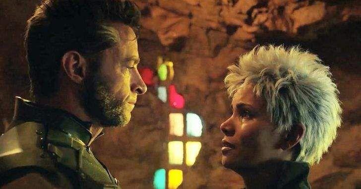 """X-Men e seus segredos… Durante uma entrevista com a EW e People, Halle Berry falou sobre os filmes dos X-Men e revelou que a sua personagem no filme, a Tempestade, e o Wolverine, interpretado por Hugh Jackman, tinham um romance. """"Tempestade e Logan eram amantes,""""ela disse.""""É verdade. Tempestade e Logan tinham uma relacionamento"""".Isso realmente é …"""