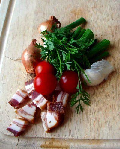 Men hvordan laver man en god rødvinssauce fra bunden? Saucen, der binder kød og tilbehør sammen. Det kan du få svaret på her. Om fond, gastrique og roux.