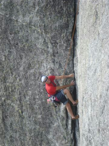 A nice crack on Luna Nascente, Val di Mello.