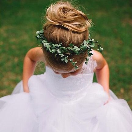 Tiaras, it's been real but we're trading you in for this cute little leaf crown. ✌ #HairGoals : @jenningsking
