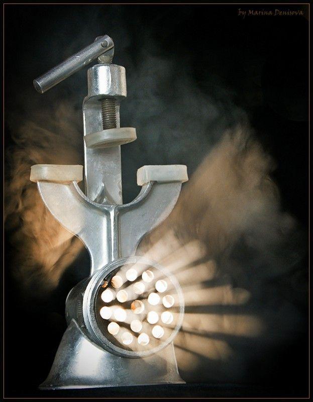 """Коллекция фотоидей! Простой фонарик внутри мясорубки и дым от ароматической палочки или сигареты снаружи. И вуаля! Волшебная мясорубка готова! Мариша """"Наш паровоз вперед летит!"""""""
