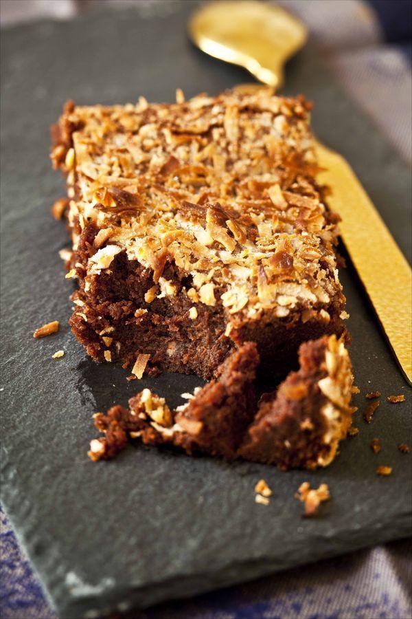 Fondant au chocolat et à la noix de coco / Chocolate fondant with crispy coconut Une recette facile de dessert qui fait du bien au moral pour les amoureux de chocolat. Le jeu des textures, entre le fondant du gâteau et le croustillant de la noix de coco est un plaisir pour les papilles!