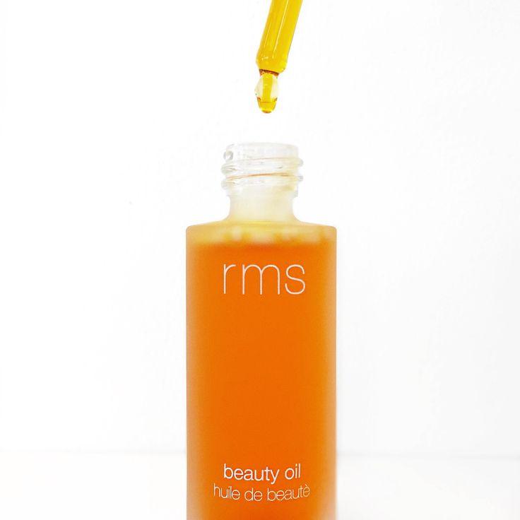 RMS Beauty oil sjunker snabbt in i huden och ger omedelbart lyster och mjuk hy. Med dyrbar buritiolja som vårdar och filtrerar UV strålar. Innehåller bl.a. balanserande jojobaolja, närande nyponrosolja och lugnande ringblomsolja. En avancerad och exklusiv olja med en lätt doft av äkta vanilj 💕✨ #rmsbeauty #ansiktsolja