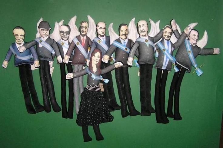 Muñecos de trapo con representaciones de varios ex presidentes argentinos, junto a una versión de Cristinita Kirchner en el Museo del Bicentenario. Foto: EFE.