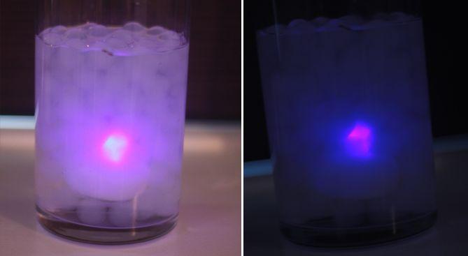 Vandperler og vandtætte LED-lys.  På dette billede, kan man se hvordan det ser ud, når man kommer det vandtætte LED-lys ned i vandperlerne (hvide metal-perler). Det er nemlig det smarte når de er vandtætte – for det giver så mange muligheder for at lave dekorationer med LED-lys og vandperler.