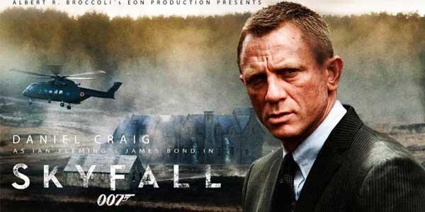 Daniel Craig è tornato a vestire i panni di James Bond 007 in Skyfall, la 23ª avventura del più lungo frachise cinematografico di tutti i tempi. In Skyfall, la lealtà di Bond verso M sarà messa alla prova quando il suo passato verrà a perseguitarla. Quando il MI6 verrà messo sotto assedio 007, dovrà scovare e distruggere la minaccia, non importa a quale costo.