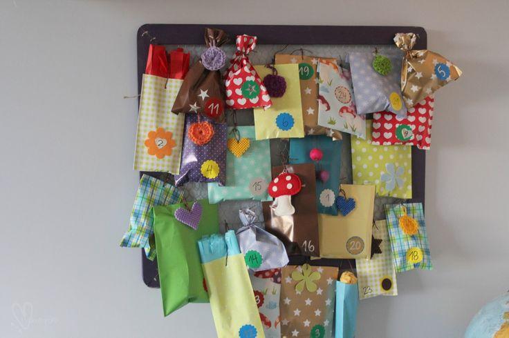 Så var julekalenderene ferdige for i år... Posene er laget av forskjellig gavepapir. Klipp opp passende stykker, bre...