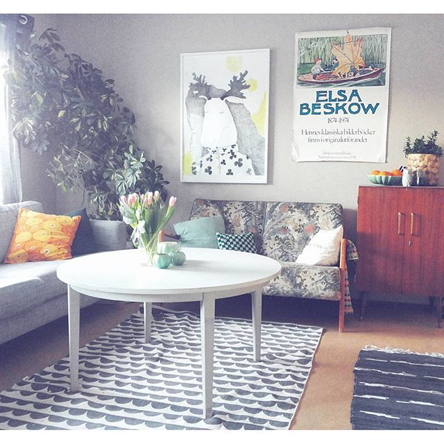 """Såga av benen på ett loppisfyndat matbord = utmärkt vardagsrumsbord   #interior #paraplyaralia #livingroom #retro #teakskåp #soffbord #diy #illustration #homeinspo #vardagsrum"" Photo taken by @tantefin on Instagram, pinned via the InstaPin iOS App! http://www.instapinapp.com (01/16/2016)"