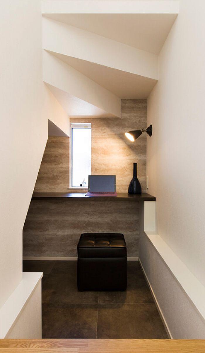 階段下の空間を利用して バーカウンターのような書斎コーナーを