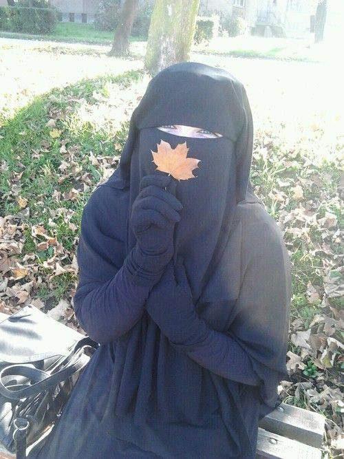 Niqabi in Autumn: I only wear gloves when it if freakin' cold out lol or when it is a fashion statement;)