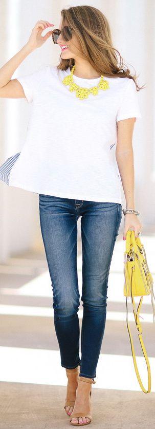 Pantalón claro, zapatos nude, playera blanca y collar con colores