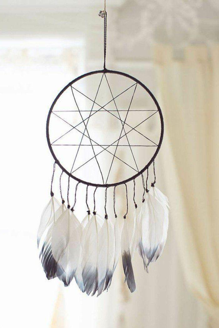 toile en forme d'étoile, plumes blanches et grises, idée simple et esthétique comment fabriquer un attrape rêve