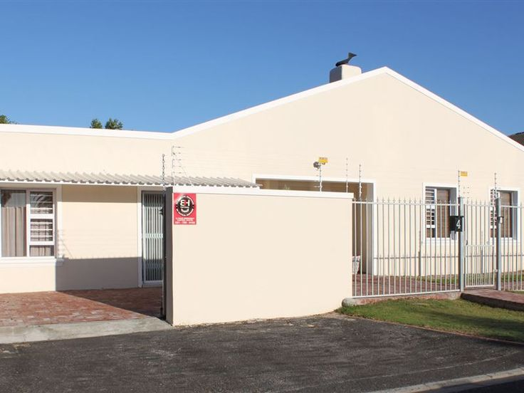 4 Titus Way - 4 Titus Way is positioned in the quaint area of The Vines, in the leafy and affluent suburb of Constantia.The spacious self-catering studio apartment, which has a private entrance, features a queen-size ... #weekendgetaways #constantia #capetowncentral #southafrica
