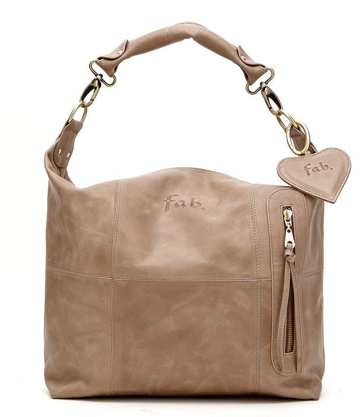 De Fab Bag Small is een tas die perfect geschikt is voor dagelijk gebruik. De tas is vervaardigd van een licht bruin leer en blijft daarom lang mooi. De tas is te dragen als schoudertas.