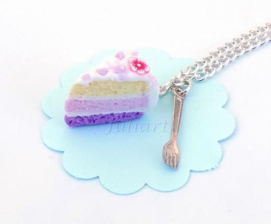 Juliart: Collar con porción de tarta de fimo y un mini tenedor. / Juliart: Polymer clay cake and fork.