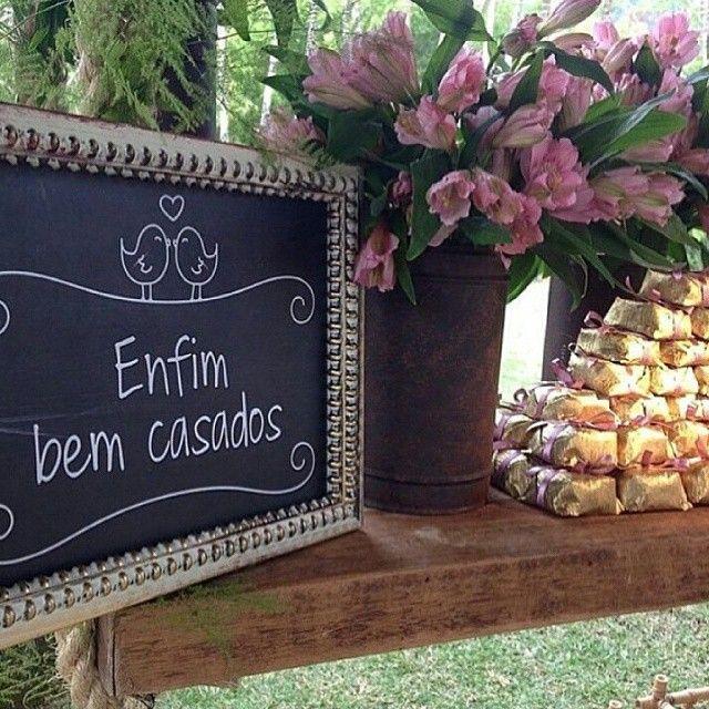 Aiin que plaquinha fofa e criativa que encontrei no @casarecia para colocar na mesa dos bem casados!  Você pode colocar plaquinhas divertidas para indicar o cardápio para os seus convidados também!  Se joga no craft!