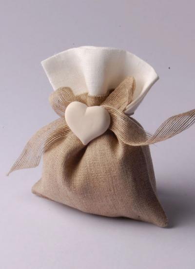 Sacchetto lino con cuore/Souvenirs// Maria L.bertolino/ www.pinterest.com...