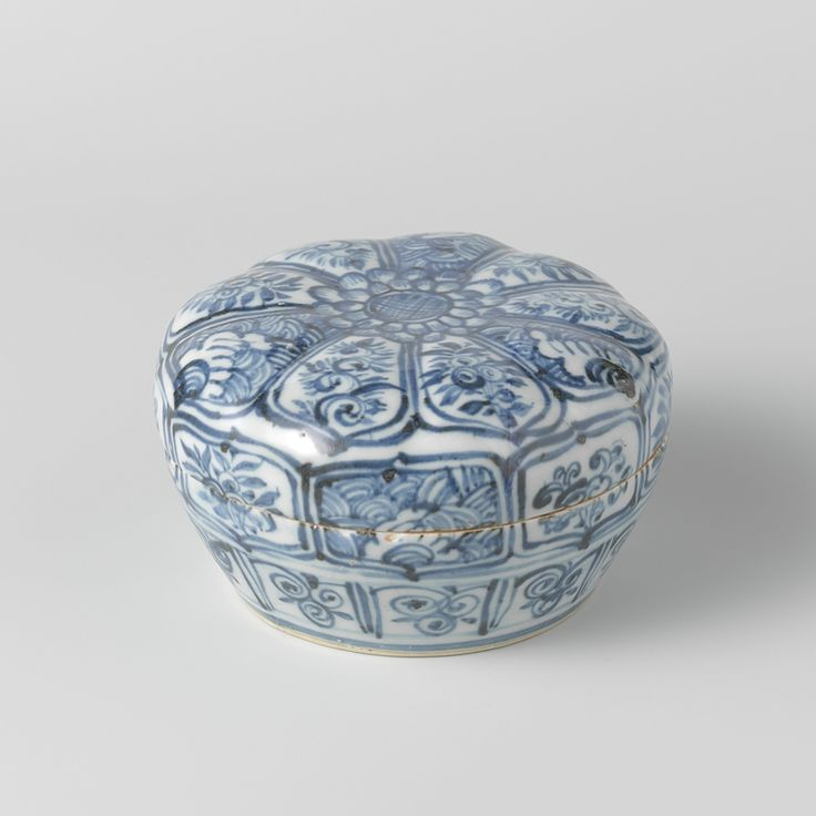 Covered box, Ming dynasty, c. 1450 - c. 1500, blue and white porcelain, h 7.5cm × d 13cm. AK-MAK-1331. On loan from the Vereniging van Vrienden der Aziatische Kunst, 1982. Rijksmuseum, Amsterdam.