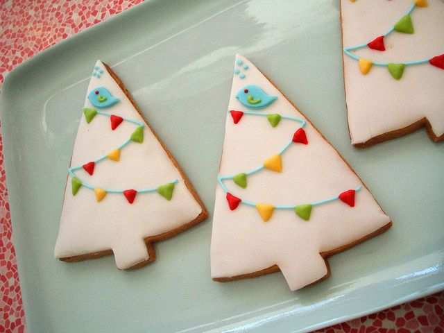 Christmas tree cookies - ice in white, swizzle over some green icing for the string and add colored bunting from fruit leather  I don't know if I have the patience for this but they look yummy!