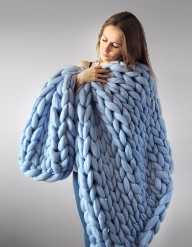 38 Easy Knitting Ideas -Warm Bulky Knit Blanket  DIY Knitting Ideas For Beginners, Cute Kinitting Projects, Knitting Ideas And Patterns, Easy Knitting Crafts, Gifts You Can Knit, Knitted Decors http://diyjoy.com/easy-knitting-ideas