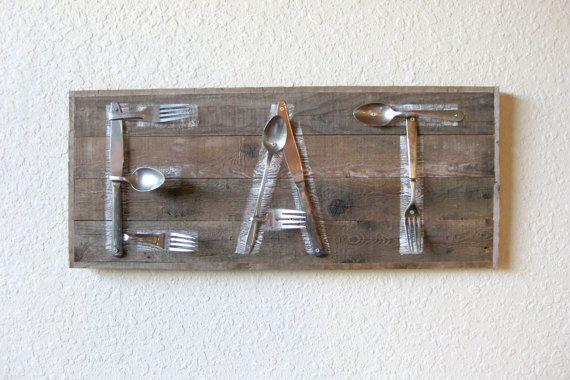 Grootte: 23.75(w) x 11.75 (h) x 2,25(d)--(diepte inclusief couverts in meting) Voor degenen die willen de essentie van een vintage roadside diner, dit teruggewonnen schuur hout en gerecupereerde metalen lepel en vork eet teken is zeker passen bij de factuur. Gemaakt van een mooi verweerde stukken van geregenereerde schuur hout uit Phlox, Wisconsin uit de nu voormalige boerderij die is al 4 generaties in mijn familie. Gerecupereerde metalen vorken en lepels zijn aangebracht op het hout op de…