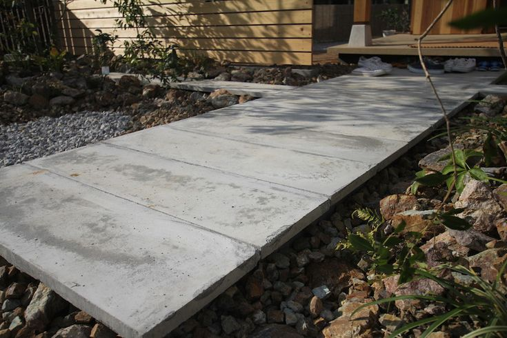 アプローチはコンクリート柵板を浮かすように据付け、陰影が楽しめます。