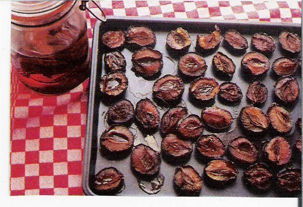 Pruimen drogen-Snijd de pruimen in tween en leg ze op een bakblik in de oven op de laagste stand. Na 2.5 uur zijn ze half gedroogd, heerlijk om direct warm te gebruiken in bij