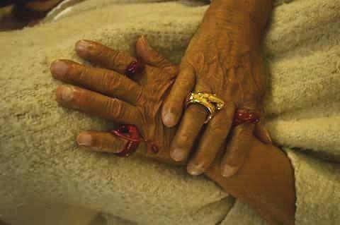 WEBSTA @ oagudeloarts - las manos del abuelo, las manos de la sabiduría. #contemporaryart #contemporaryjewel #jewelry photo by @dmariape