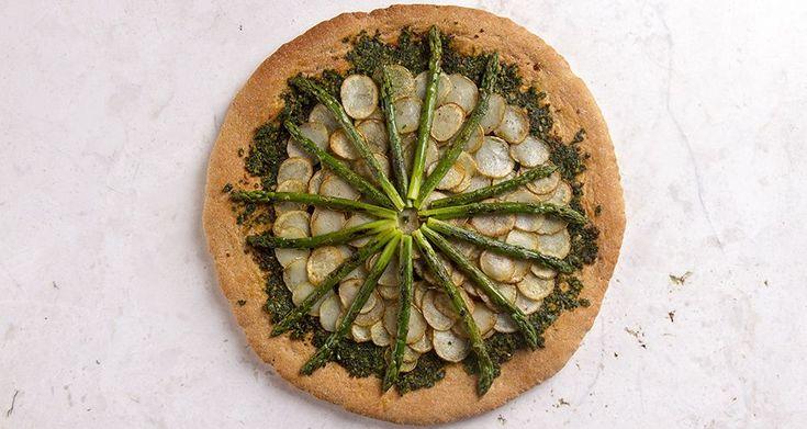 Πίτσα πατάτας με σπαράγγια από τον Άκη Πετρετζίκη. Νηστίσιμη πίτσα, ιδανική για όλους τους vegeterians και vegans. Μια  pizza πατάτας που πρέπει να δοκιμάσετε.