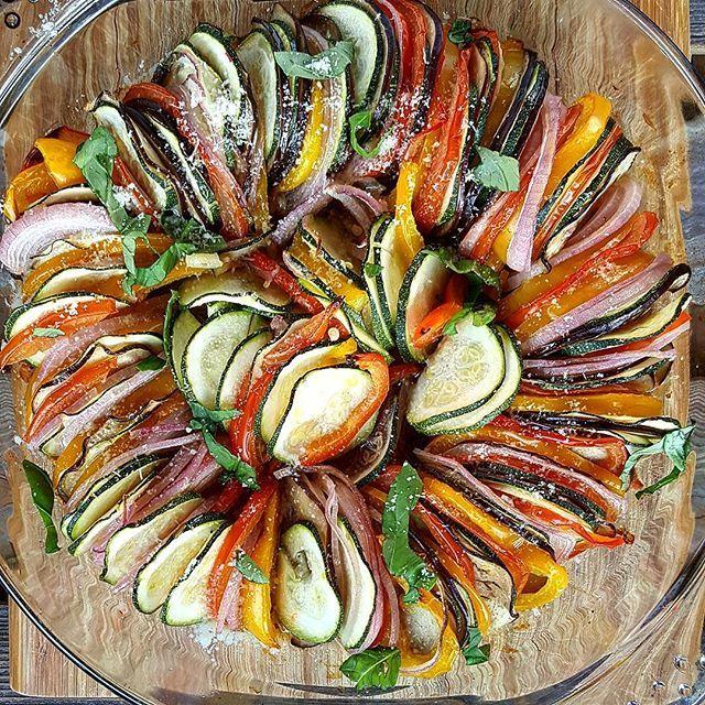 Ratatouille, en klassisk fransk rett som kan spises som den er, eller som tilbehør til fisk eller kjøtt. Oppskrift via link i bio. 😊 ......................................................... Ratatouille, french classic vegetable dish. 😊 .......................................................... #ratatouille #vegetables #french #grønnsaker #5omdagen #colorfood #gloobyfood #ahealthynut #matprat #menymatglede #veganfood #vegetarmat #vegetarkost #matbloggsentralen #norskmatglad…