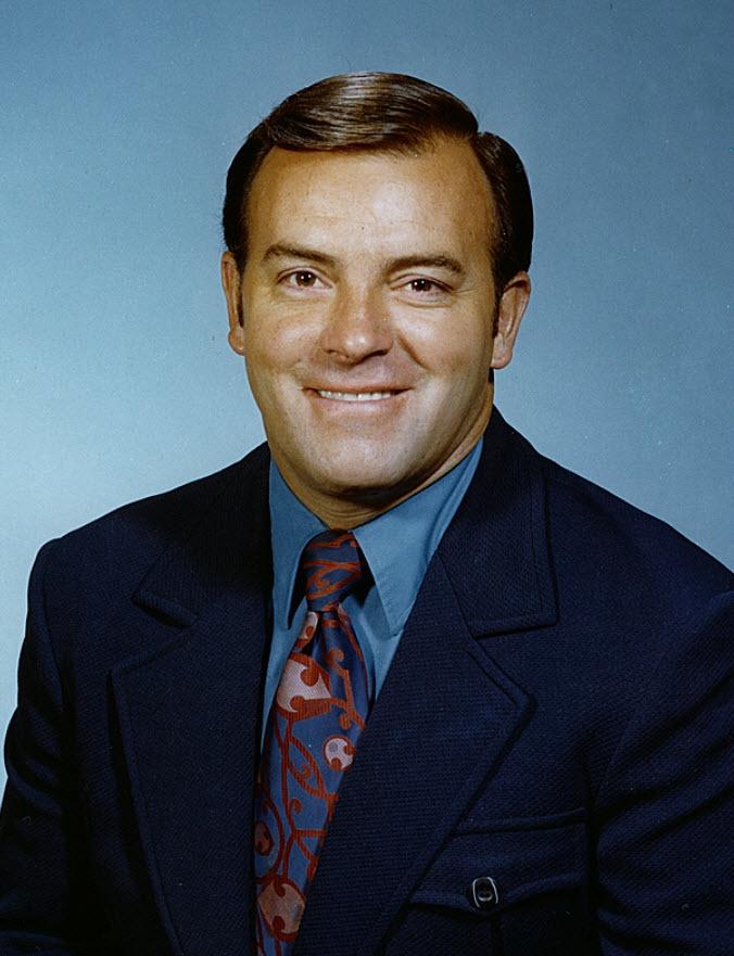 Scotty Bowman : Bien avant qu'il ne devienne l'entraîneur le plus titré de l'histoire de la LNH, Scotty Bowman a d'abord été nommé entraîneur-chef des Canadiens en 1971-1972. C'est derrière le banc du Tricolore que Bowman allait apprendre ce qu'il faut pour bâtir une équipe championne. Après être passé de l'équipe-école des Canadiens aux Blues de Saint-Louis à la fin des années 1960, Bowman a été ramené dans la famille par le légendaire directeur-gérant des Canadiens Sam Pollock.