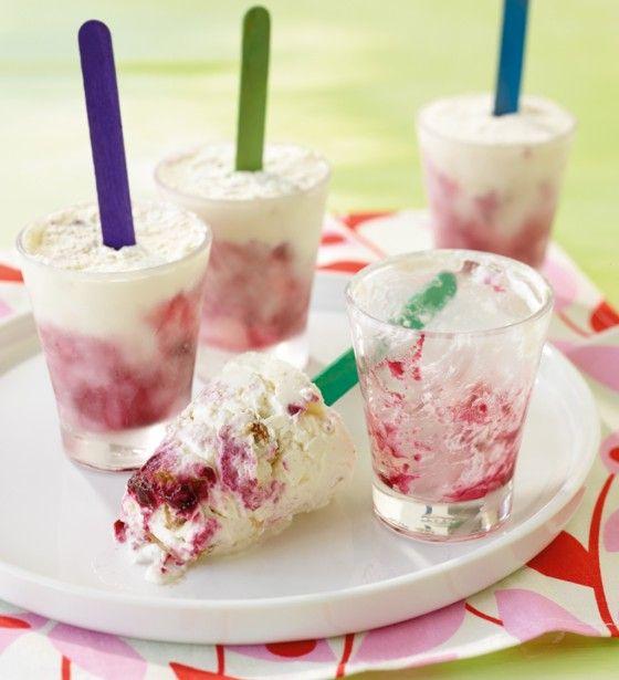 Cheesecake-Eis: Schokokekse, Konfitüre und sahniger Frischkäse werden im Eisfach zu Suchtstoff am Stiel.