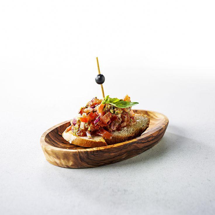 El Tomate: een sneetje stokbrood belegd met tomaat, ui, kappertjes en knoflook!