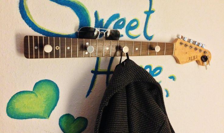 Garderobe aus Gitarrenhals *rockt* von KeenKat auf DaWanda.com