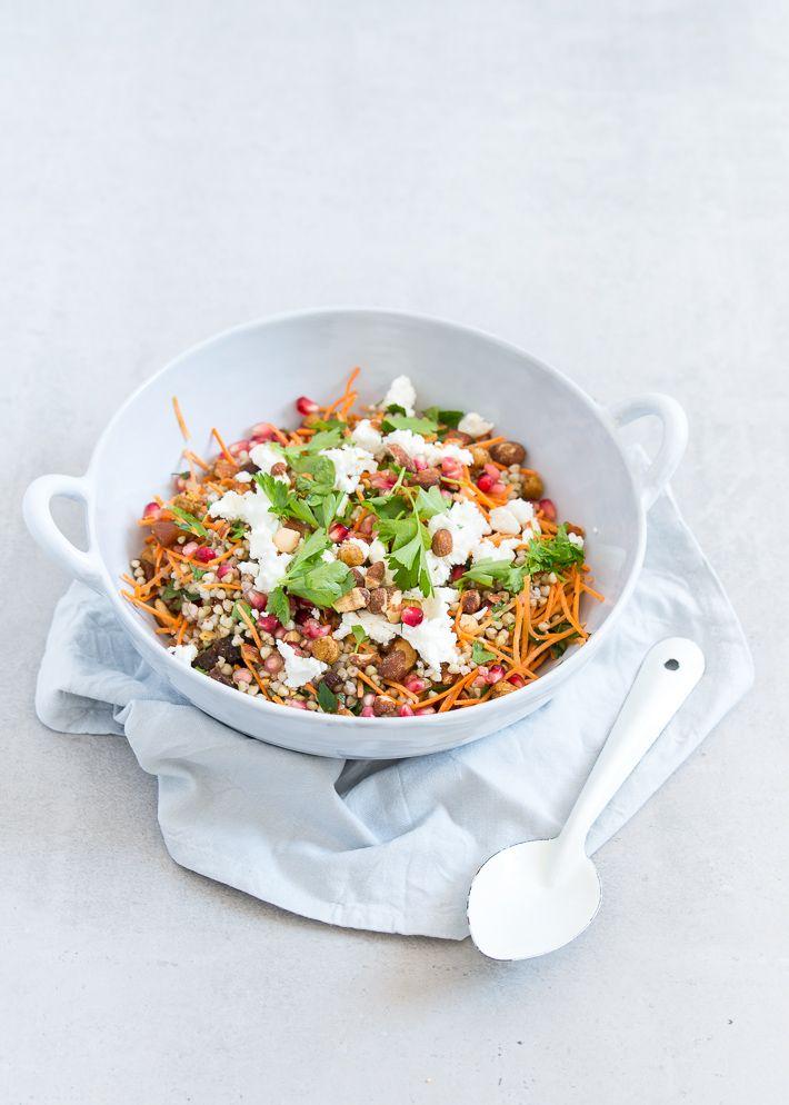 Superlekker en voedzaam recept voor Marrokkaanse boekweitsalade met granaatappel en geroosterde kikkererwten.
