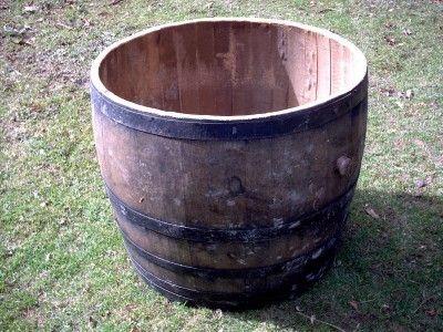 Gebrauchte Holzfässer das Holzfass als Regentonne