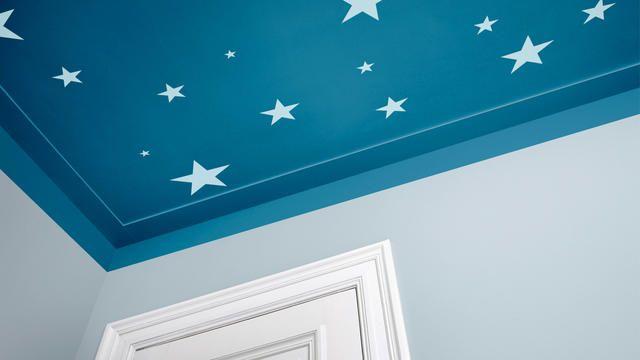 Créez une voûte céleste en peignant des étoiles ou en collant des stickers phosphorescents.